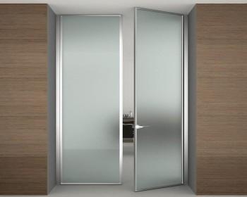 Особенности конструкции — стеклянные распашные двери