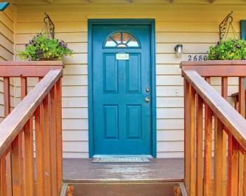 Преимущества входных деревянных дверей для квартиры и дома