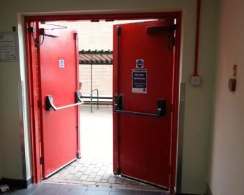 Запоры на дверях эвакуационных выходов