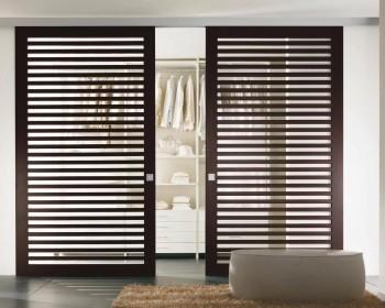 Виды жалюзийных деревянных дверей и их особенности