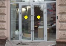 Желтые круги на стеклянных дверях — берегите голову
