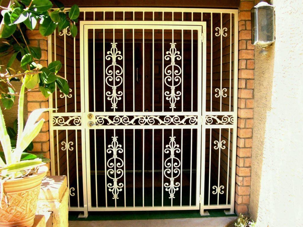 Конструкция дверной решетки металлической и ее особенности