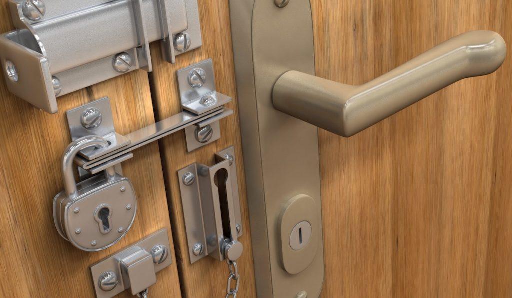 Преимущество ночной задвижки на металлическую дверь и их виды
