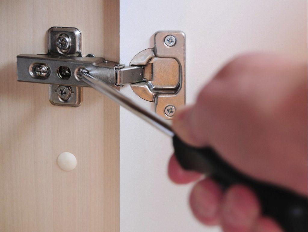 Ремонт стеклянных дверей - замена материала и установка