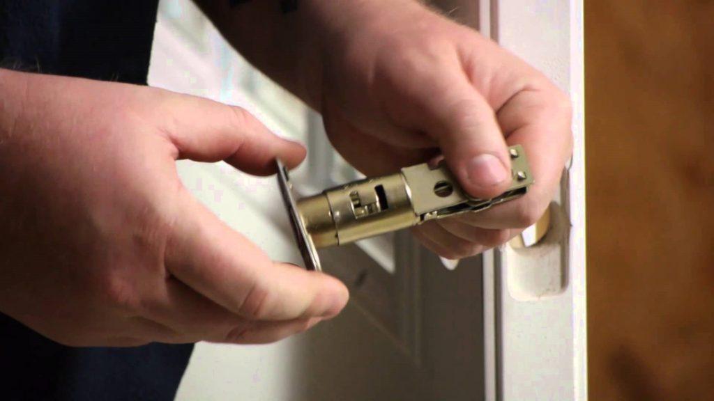 Замена дверного замка металлической двери