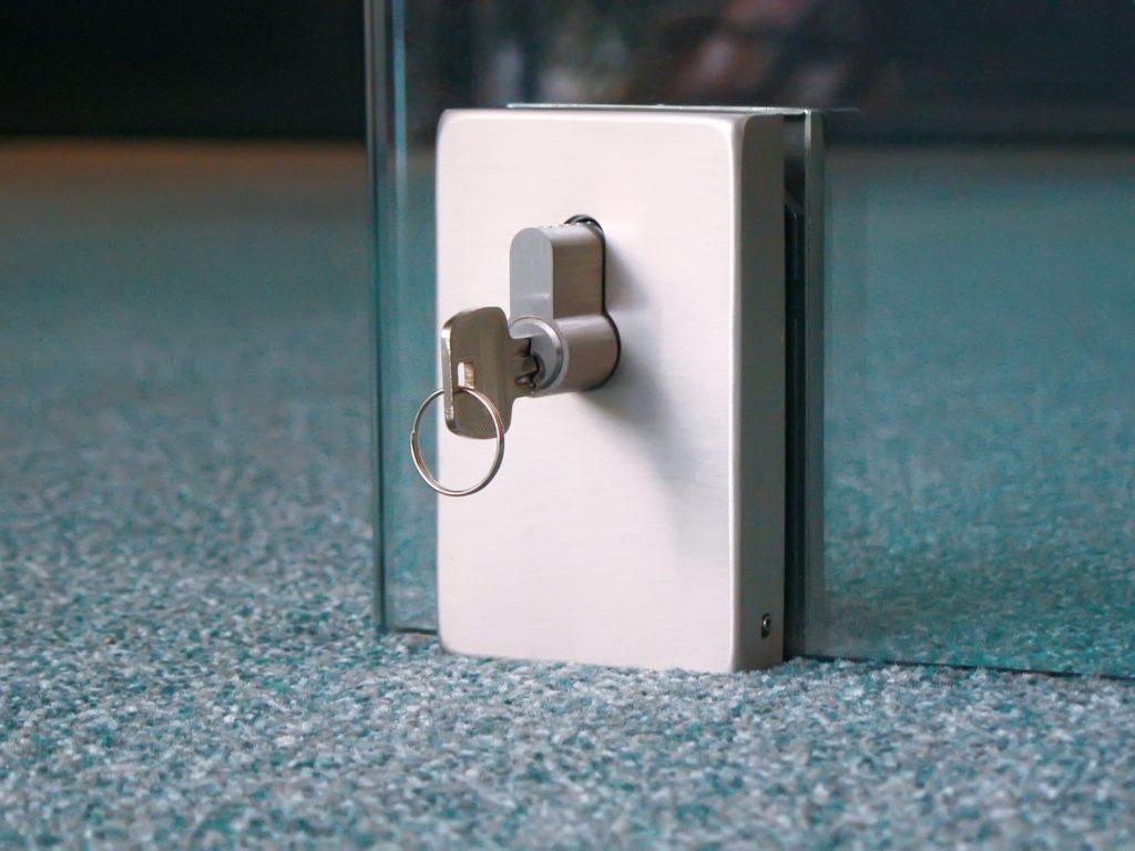 Замок на стеклянную дверь - спасет или нет