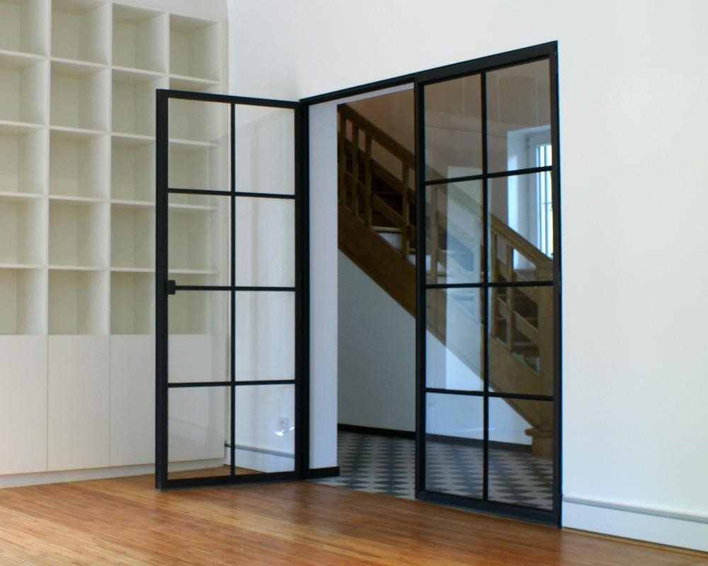 Особенности конструкции - стеклянные распашные двери