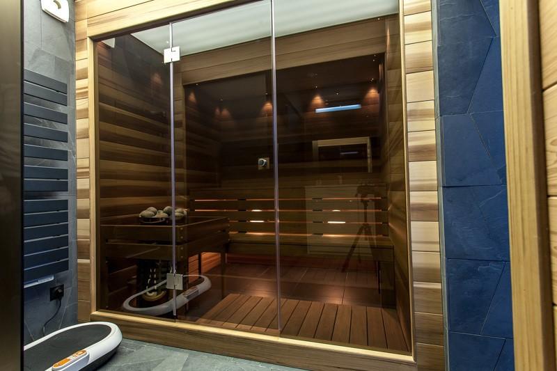 Стеклянные двери для бани - установка и стиль