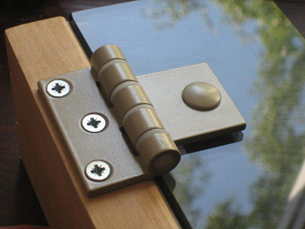 Петли для стеклянных дверей - установка в сауну