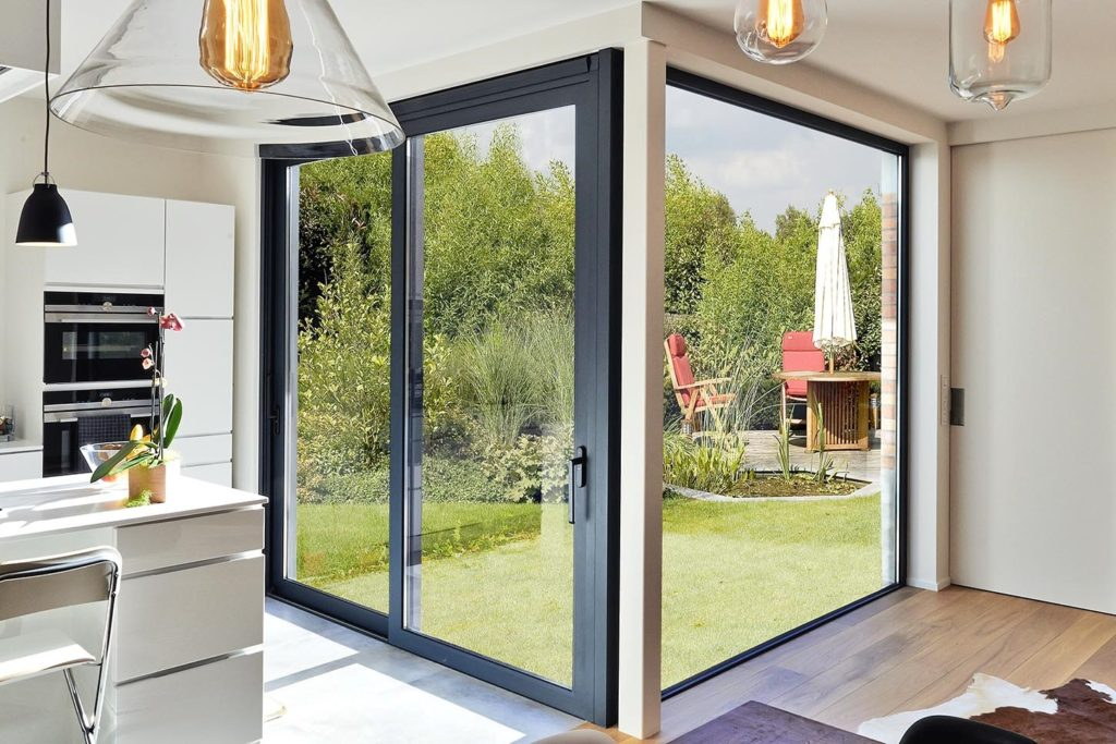 Стеклянная дверь на улицу - установка и качество