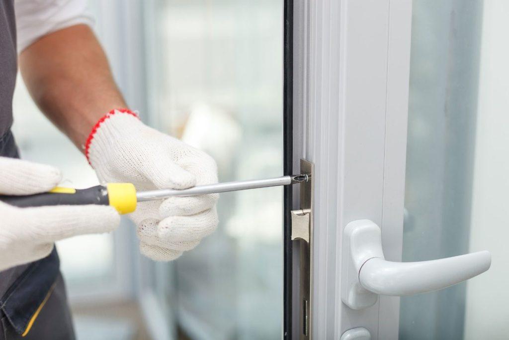 Мастер по ремонту пластиковых дверей