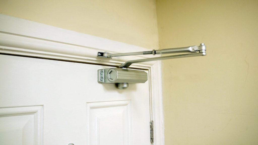 Как правильно установить доводчик на пластиковую дверь