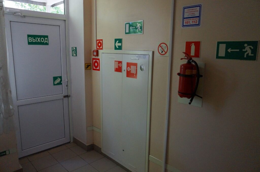 Как должны открываться двери эвакуационных выходов