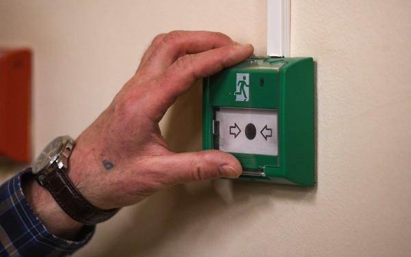 Кнопка аварийной разблокировки дверей